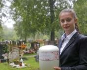 564826274 Tara Carroll Bestatterin Friedhof 1roo3jjayq6b